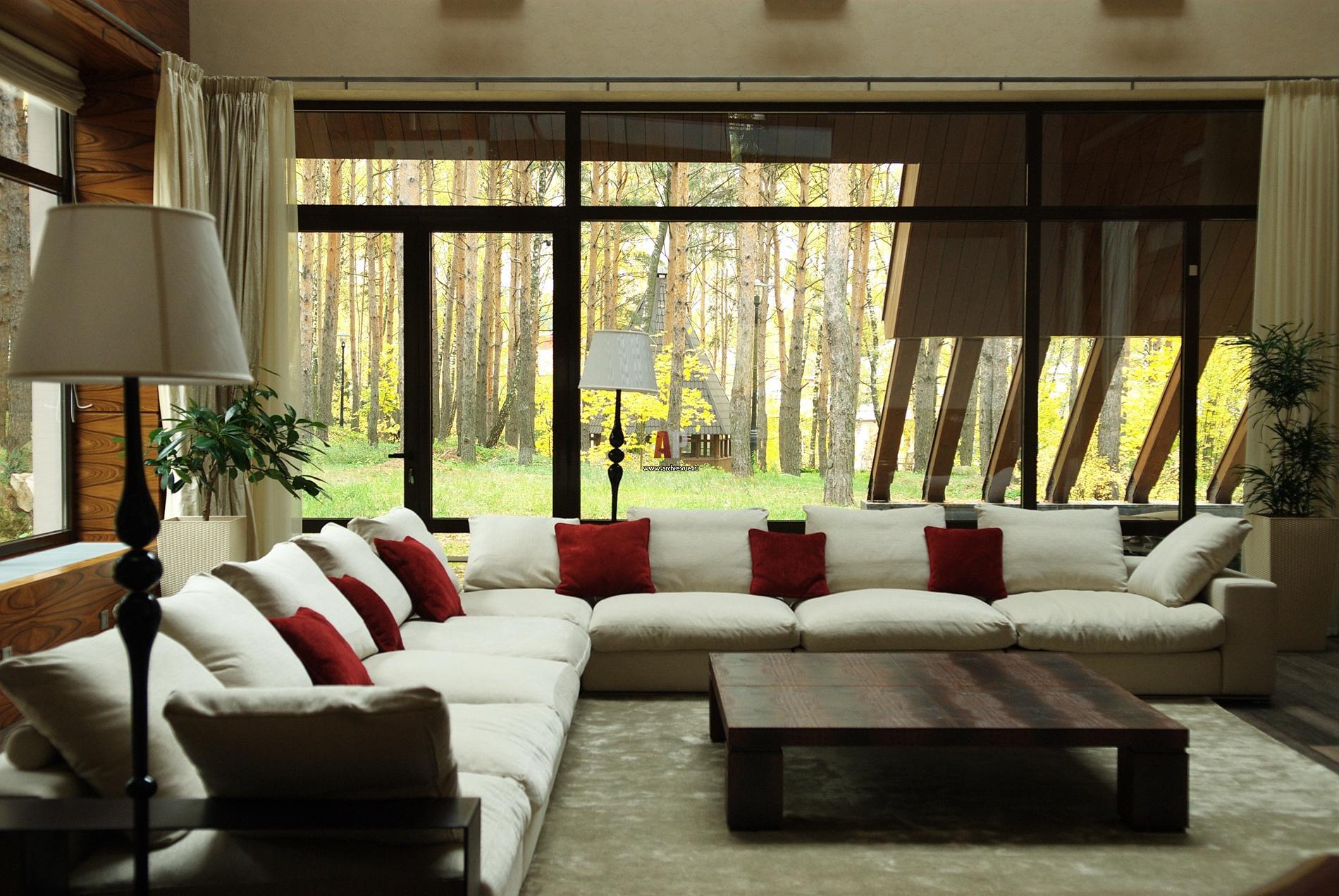 Дизайн больших кухонь с окном