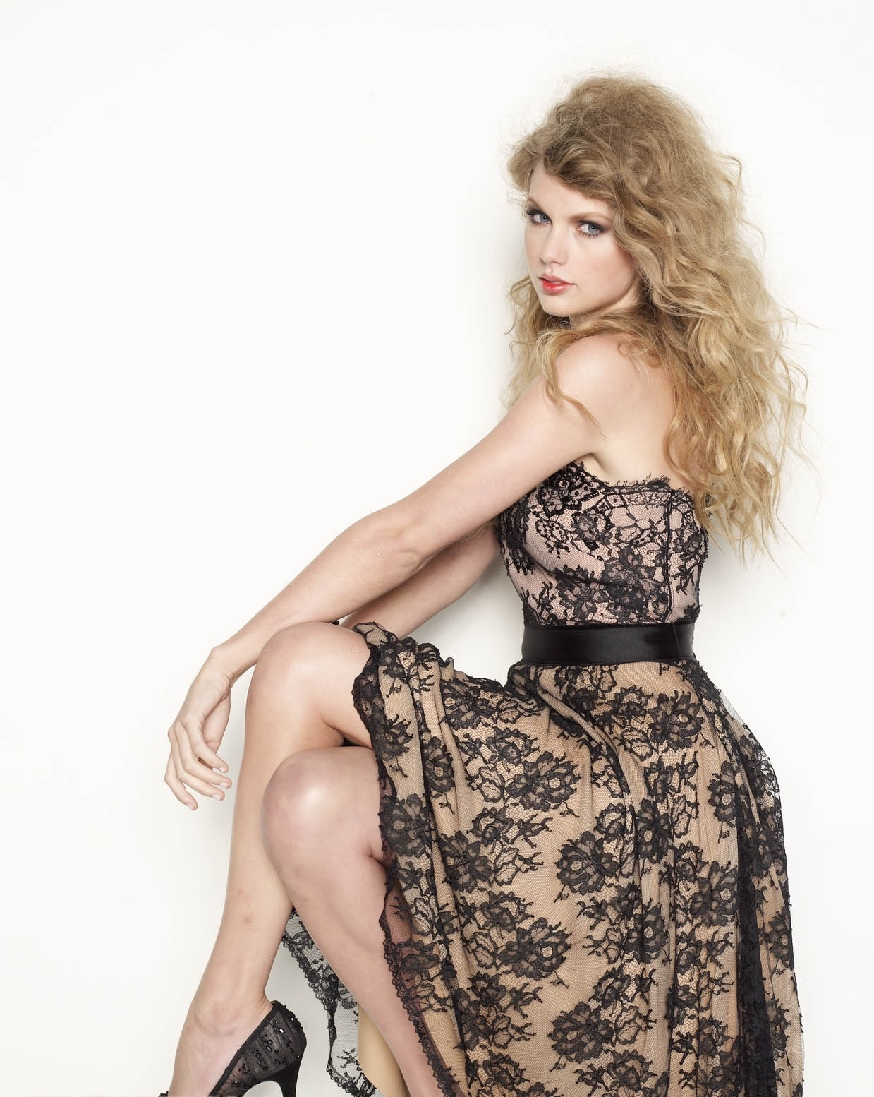 Taylor Swift Topless Outtake From Glamour Photo Shoot Leaked