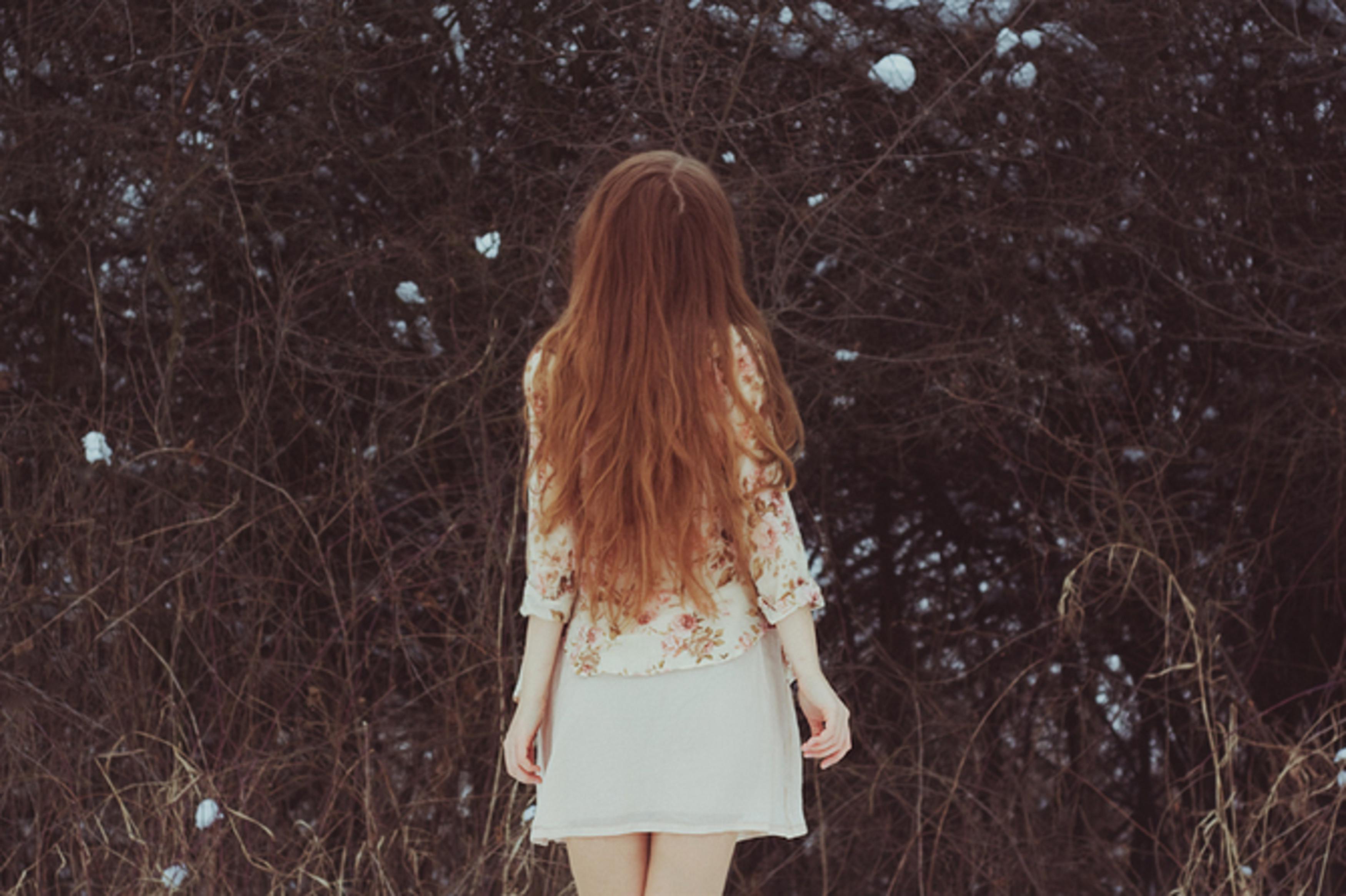 Фото со спины девушки с длинными волосами темными на тротуаре
