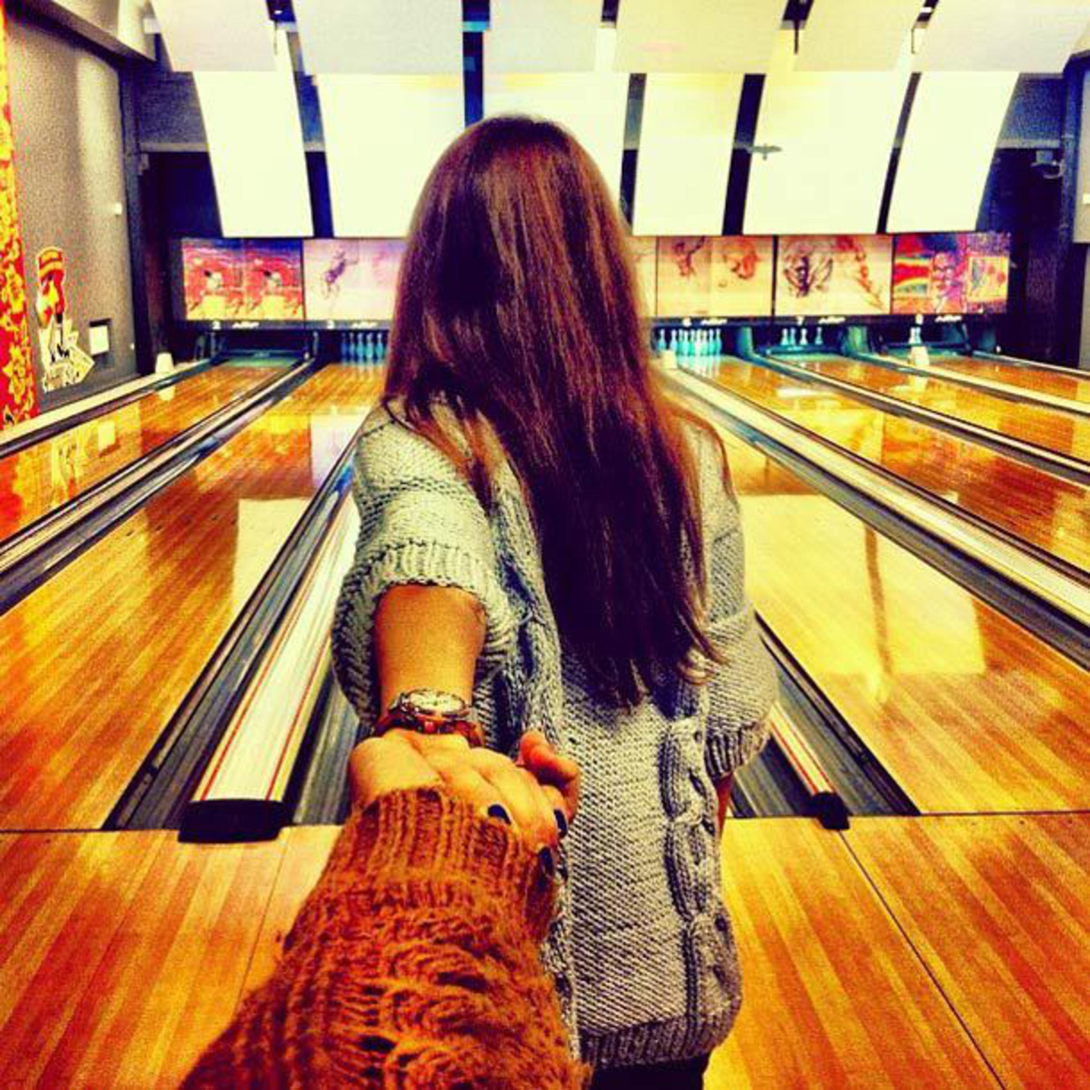 Спина девушки её держит парень за руку 26 фотография