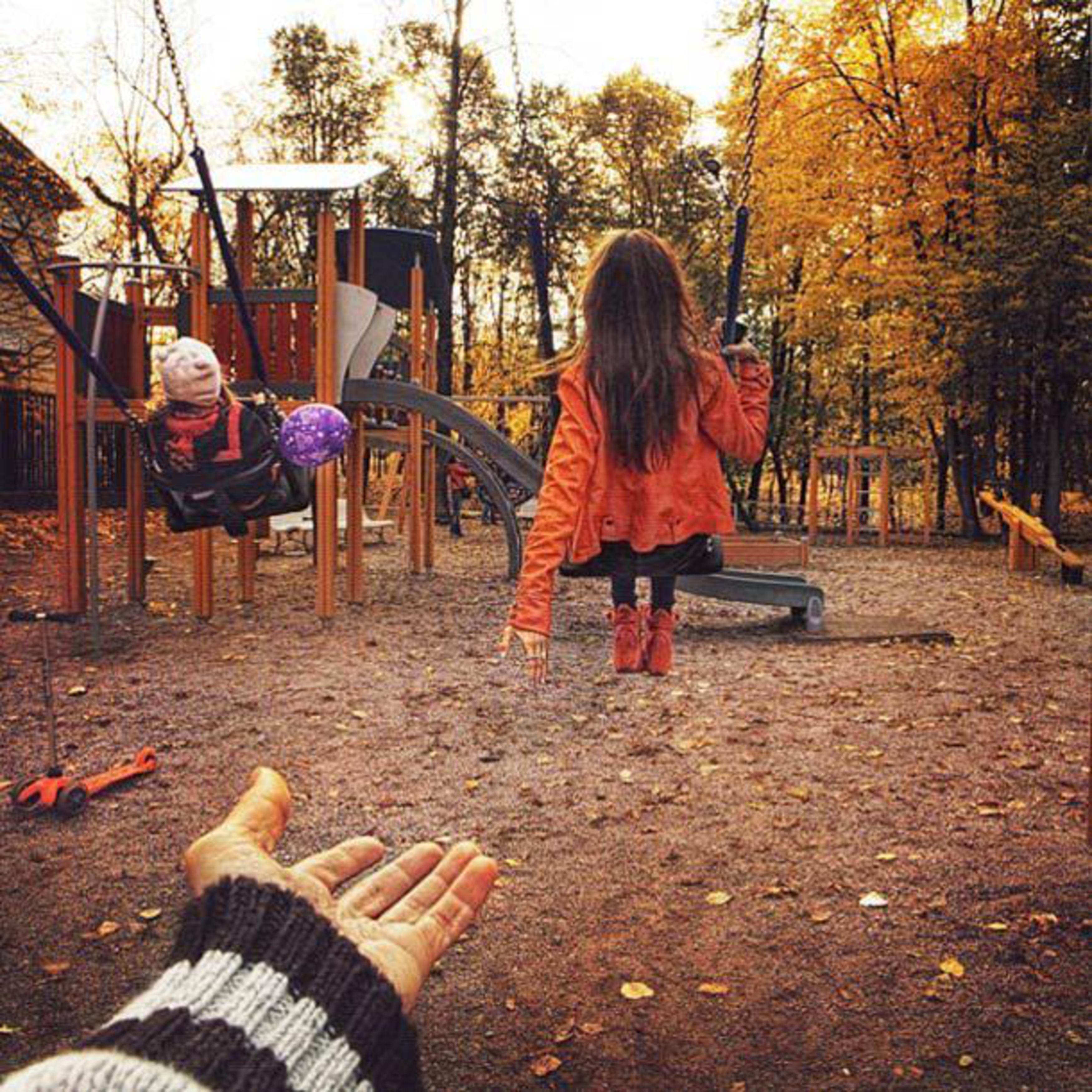 Фото девушка за руку держит фотографа