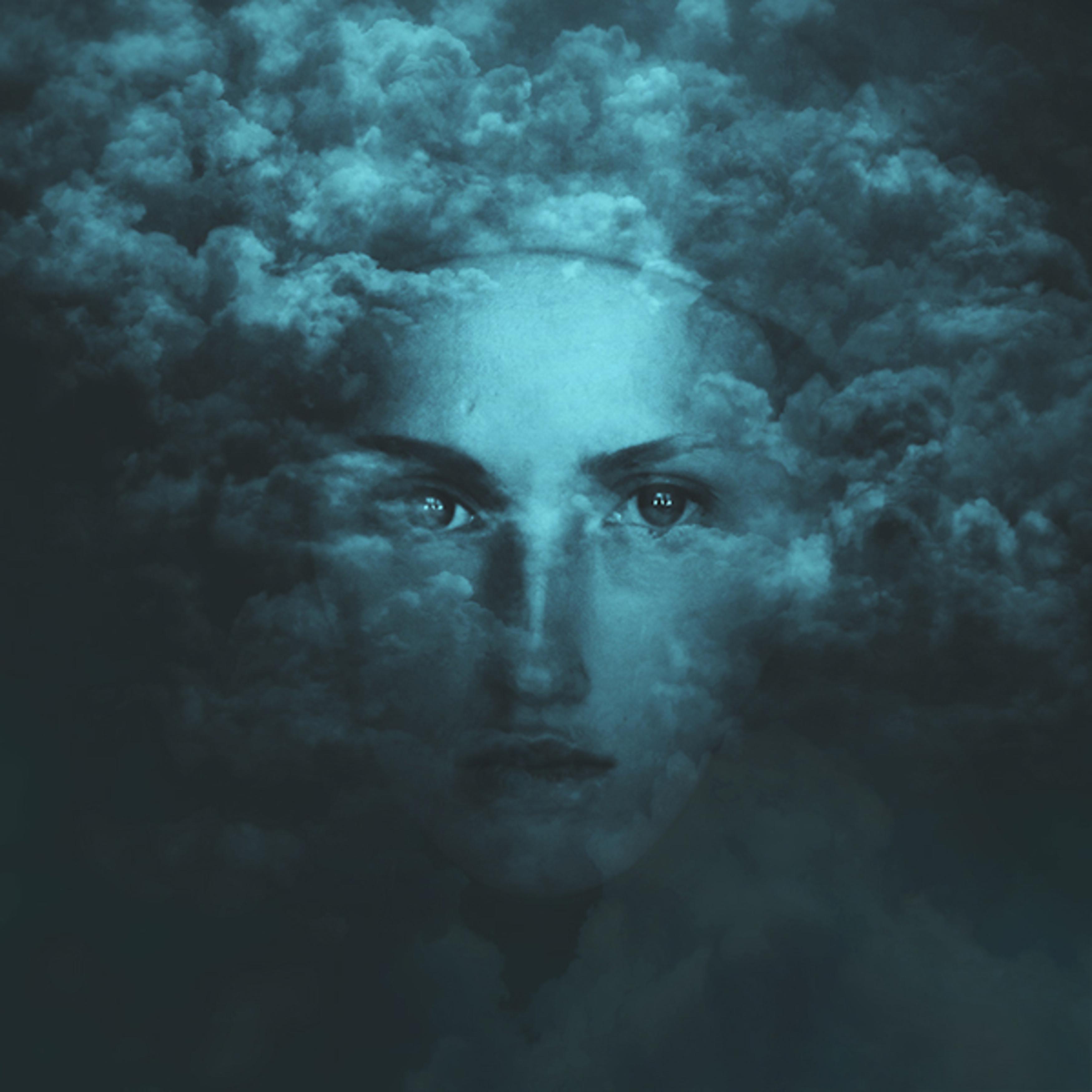 Лицо девушки в облаках фото