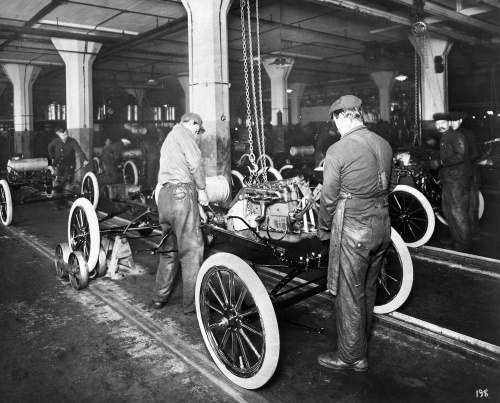 a history of the automobile industry during the mid twentieth century During the first few years of the twentieth century, automobiles had a fairly limited audience because they were expensive and time consuming to produce, most cars were too costly for the general public.