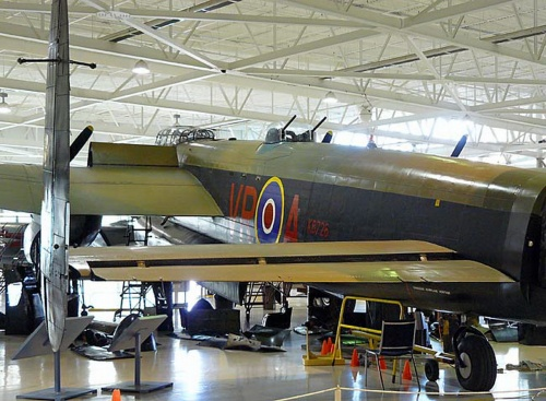 Британский тяжёлый бомбардировщик Avro Lancaster (75 обоев)