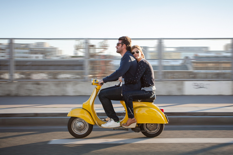 Девушка с парнем на скутере картинки