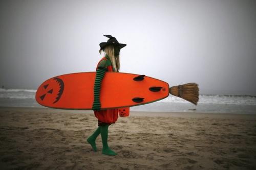 Чемпионат хэллоуин-серферов (15 фото)