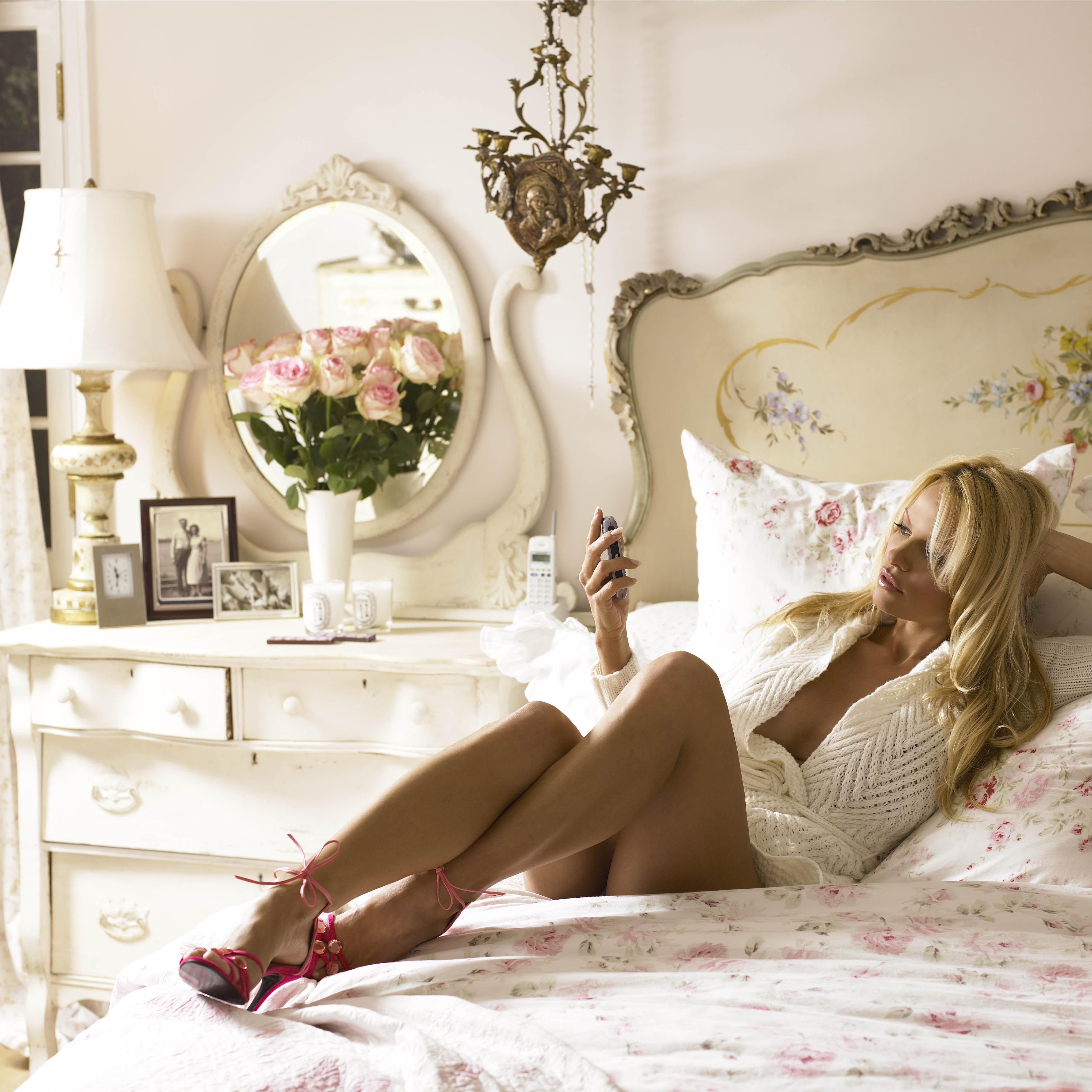 Эротические фотографии красивых дам в роскошных апартаментах и спальнях