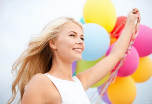 Милая девушка с воздушными шарами (5 фото)